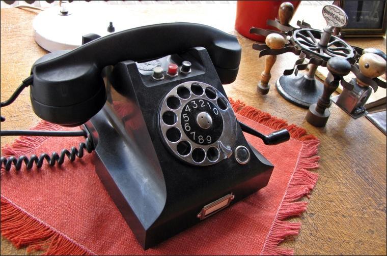 En sådan fanns i mitt barndomshem, men utan den röda knappen och ingen vev. Den svarta knappen var direkt ner till bageriet och den vita om man skulle ringa ut...