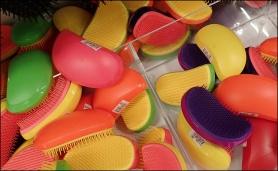 Färgglada plastborstar med okänt användningsområde