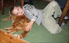 Ludvig tycker att Sixten är en bra kudde :)