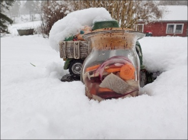 ... om det varit fullt i kylskåpet så fanns det plats i koppargrytan på gården...