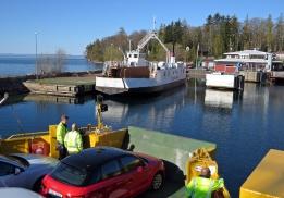 ... på väg in i hamnen. Den vita färjan heter Christina Brahe och den åkte jag med på tillbakavägen.