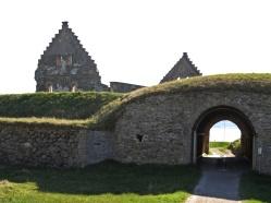 ... genom ingången under befästningsvallen...