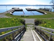 Från ruinen går en trappa ner till båtklubbens lilla hamn