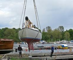 Eftermiddagen ägnades till viss del till att studera sjösättning av båtar ... trevligt att se på när andra jobbar :)