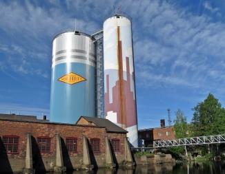 """Håkan """"Julie"""" Leonardsson heter konstnären som utformat den högra cisternen. På den vänstra finns en bra skylt ..."""