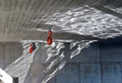 Gillar solens speglingar ... och de röda sakerna i taket under bron...