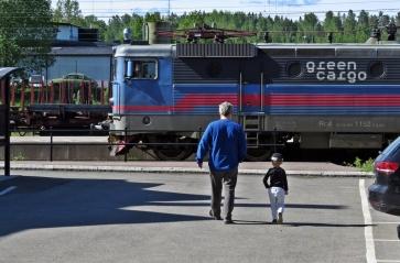 Du och jag morfar :) En morfar med sitt barnbarn tänker titta på tågen...