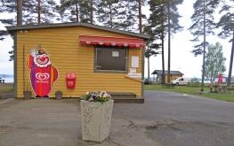 Reception, kiosk ... om det är stängt ring bara på klockan. Här kan du betala med både kort och Swish ... bra!