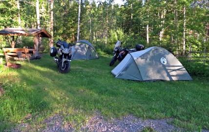 Inte bara husbilar och husvagnar, utan även en del med tält... som de här två från något östeuropeiskt land...