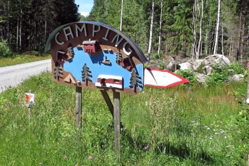 En härlig skylt som visar vägen till campingen!