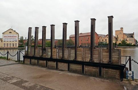 Vill man gå från parkeringen till Munktellmuseet passerar man en sluss...