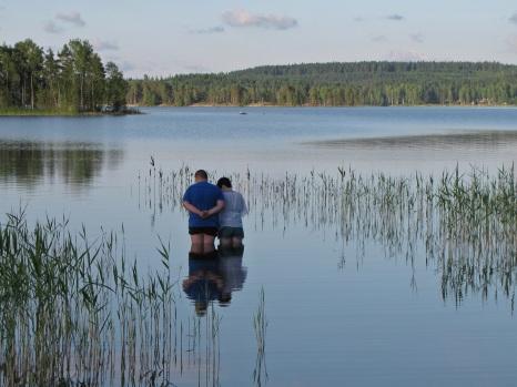 Sen sommarkväll vid en sjö... (för mig helt okända människor, men jag tyckte de var så fina...)