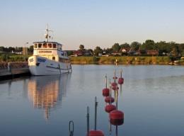 Sommarmorgon vid Hästholmen ... på sommaren kan man åka över Vättern till Hjo med den här båten.