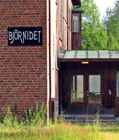 Från början kontorsbyggnad till till det numer nerlagda bruket och en tid asylboende ...