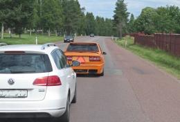 Den orangea EPA-traktorn (eller vad de nu heter...) ställde till oreda genom att bromsa trafiken ... km efter km före och genom Mora. gissar att de hade väldigt roligt!