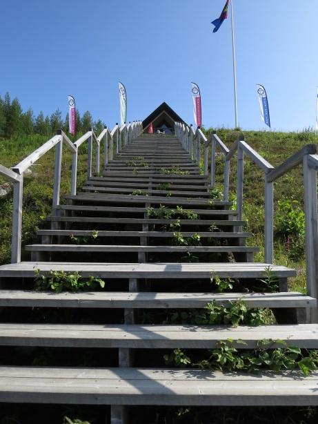 ... och fortsätter upp för trappan och rakt igenom huset!