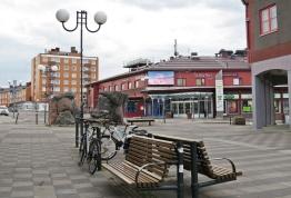 Centrum med sittplatser och storskärms- tv.