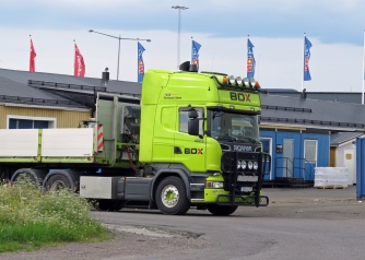 En annan grön trailerdragare