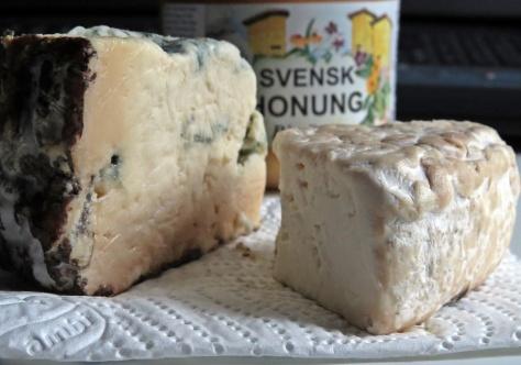 Lokalproducerad skogshonung från trakten och getost från Hejtorp ... Blå Dover och Himmelsblå ... två favoriter.