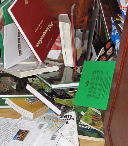 Så här går det med för många svampböcker i bokskåpet ... hyllorna håller inte för tyngden - de rasar!