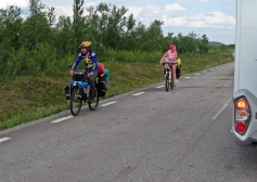 Cykelturisterna på väg söderut verkade ocks lite nyfikna - i alla fall kvinnan i rosa...