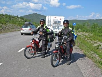När vi stannat på en P- plats en bit bort kom de igen ... och två av dem stannade lägligt bakom oss, så jag gick ut för att be om en bild. Inga problem - de berättade att de var på väg till Nordkap - hade åkt från Slovakien för tre veckor sedan - häftigt!