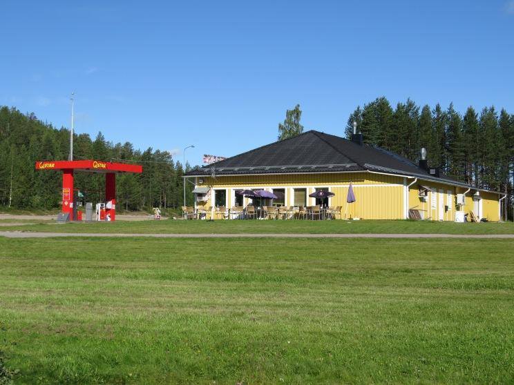 Vid rastplatsen finns även en vägkrog, bensinmack och kiosk...