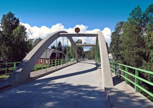 Letade efter en affär ... och passerade denna fina bro...
