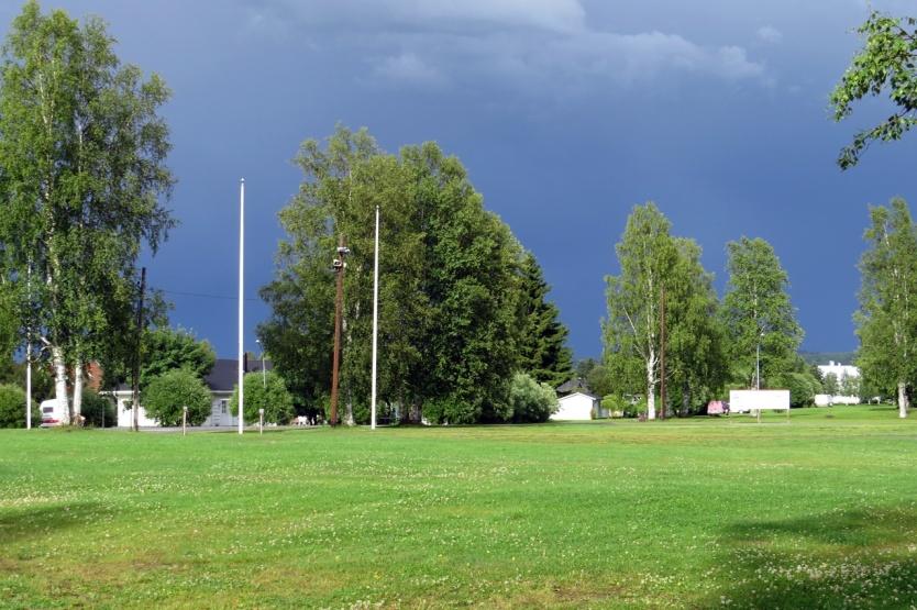 Framme vid Vännäsby, där det finns en liten ställplats vid byns festplats. Strax efter att vi stannat mörknade himlen ...