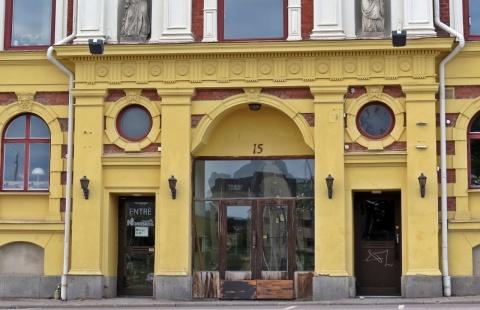 Hur kan man sätta dit en så ful dörr i det gamla vackra huset?!