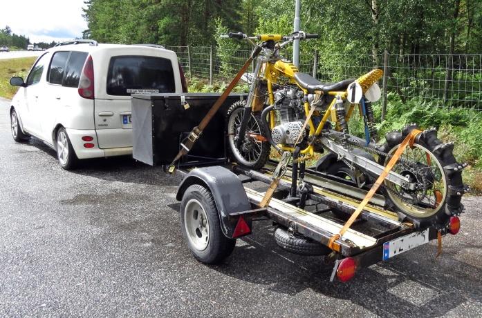 Kom i samspråk med den trevlige norrmannen som hade denna konstiga motorcykel på släp ... en hoj att åka uppför med i branta backar ... ojojoj...