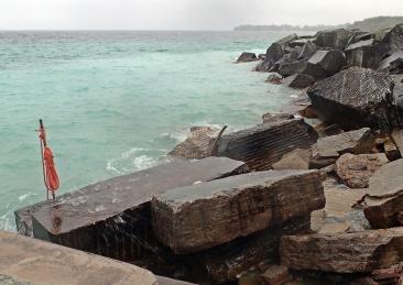 Här finns ett gammalt stenhuggeri ... vattnet har en speciell ljusblå färg...