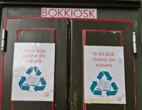 Jag visste sedan gammalt att det inte alls är någon telefonkiosk - utan ett minibibliotek :)