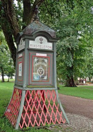 Sneddar genom parken ... och ser den gamla telefonkiosken...