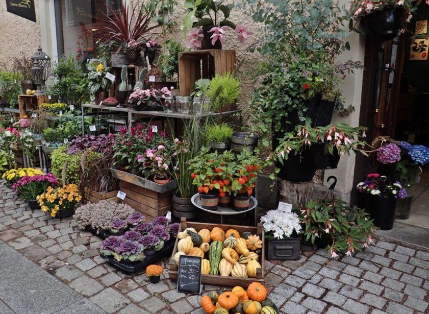 Blomsterhandlaren skyltar utanför - fint!