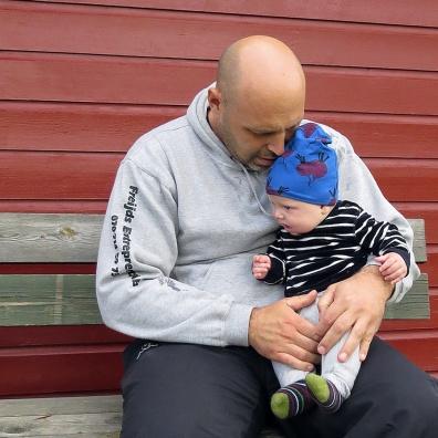 ... och Charlie får nog vänta ett tag till - sitter bra i pappa Calles knä...
