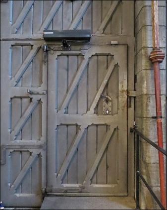 ... och en ganska grå och trist dörr.