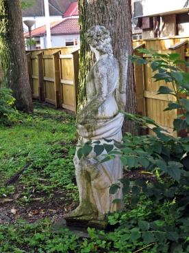 En staty i en trädgård ...