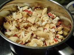 Rensade i kastrullen med några matskedar vatten ... på med locket... låt svampen släppa sin egen vätska...