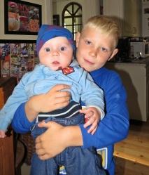 Casper stolt storebror kramar om Charlie...