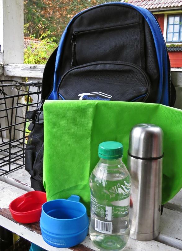 Hopfällbart sittunderlag, vattenflaska, kaffetermos och ett par kåsor är nödvändigt att ha med sig ...