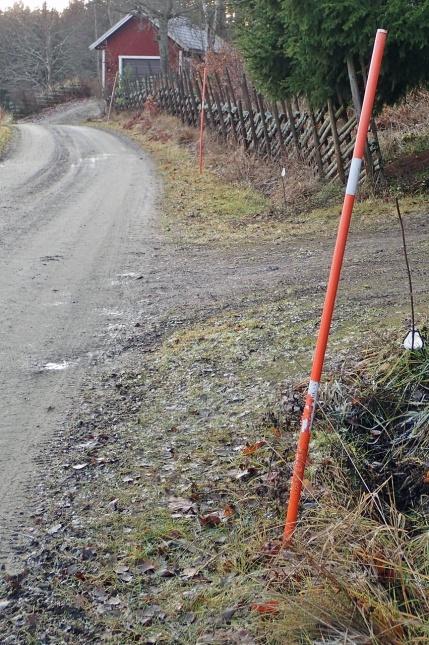 Nu tror visst även vägföreningen på att det ska bli vinter - snöstakarna kom på plats i söndags :)