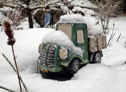 ... och i den gamla bykgrytan står lastbilen.