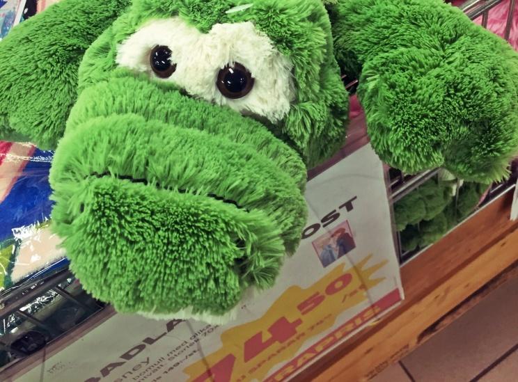 Det ser det ut som den här figuren vädjar - Köp mig, köp mig! ... sorry kompis, du får be någon annan :)
