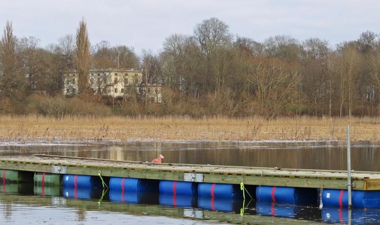 På andra sidan Strömmen ligger Ribbingsholms herrgård.