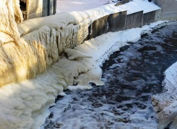 Vattnet forsar från dammen och fortsätter ner i Orgaån som går ut till sjön Glan.