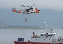 Räddningshelikopter övade här att hämta från ovan ...
