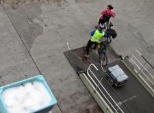 Cykelturister som lämnade båten ...