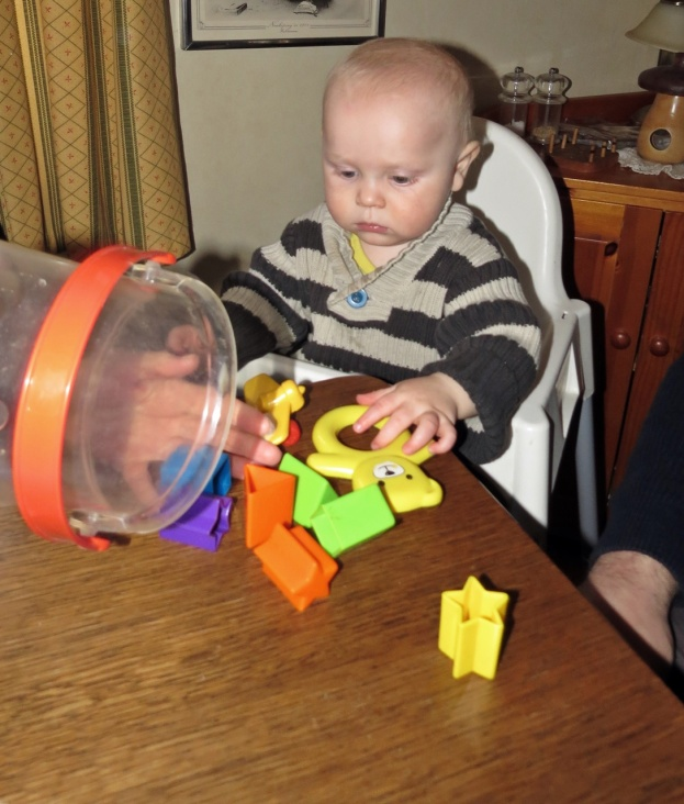 Gamla leksaker blir som nya när en ny liten människa börjar undersöka dem ... :)