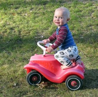 Charlie gillar allt med hjul :)